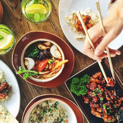 Bild von einem gedeckten Tisch mit Essen